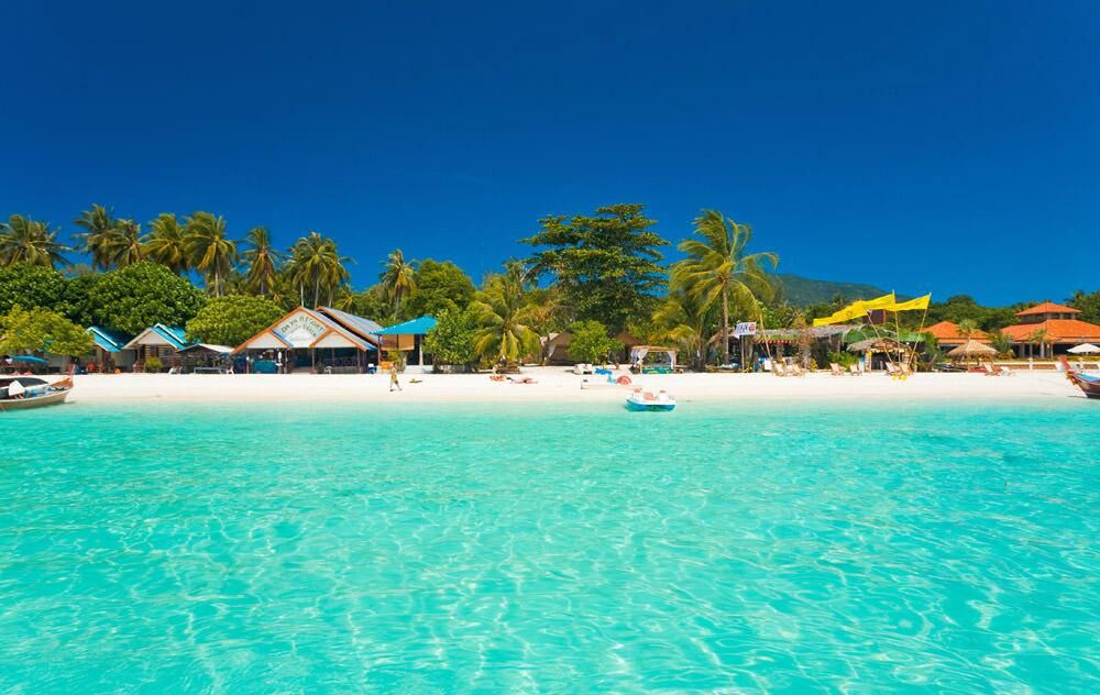 آسمان آبی جزیره کیش در کنار تفریحات آبی هیجان انگیز